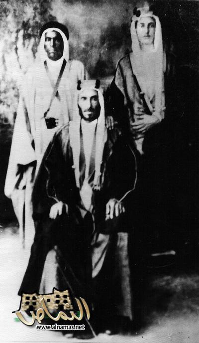للشيخ فراج بن سعيد العسبلي (جالساً) وابنه شاكر/ منتديات النماص