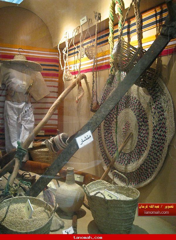 الجنادرية 1430 - الأدوارت الزراعية القديمة التي كانت تستخدم في عسير ويظهر هنا الغمامة والبذور  - المريمة - اللومة - المقرنة - المنشرة - ملابس المزارع - الحزام - الكمر - والمظلة - الدشة وغيرها من الادوات