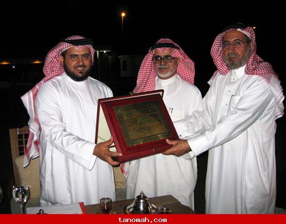تكريم قناة المجد / الدكتور الجحني والدكتور ابو داهش يسلمون درع التكريم للاستاذ عبدالرحمن العمري من قناة المجد