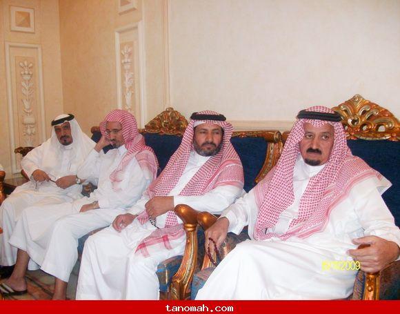 الدكتور الجحني يكرم عدد من طلابة الذين حصلوا على شهادة الدكتوراه من عدة جامعات