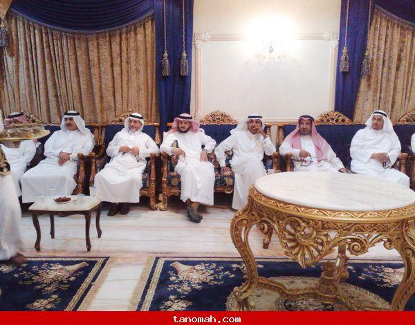 الدكتور الجحني يكرم عدد من طلابة الذين حصلوا شهادة الدكتوراه من عدة جامعات