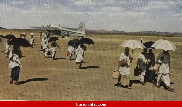 الحج - لحظة نزول الحجاج في مطار جده من الطائره اللتي أقلتهم من بيروت.