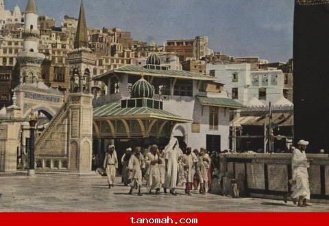 الحج -المطاف ويرى الحطيم، البناء الكبير وهو على بئر زمزم، المنبر وأحد مقامات الأئمه الأربعه