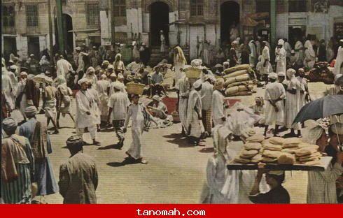 الحج -حركه تجاريه خارج الحرم من جهة المسعى، بيع سجاد، خبز،  بائعو القهوة والشاي في المحلات تحت المباني