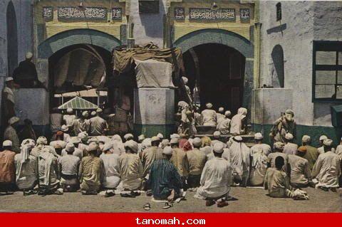الحج -حشد من المصلين لم يتمكنوا من الدخول الى المسجد الحرام يجلسون على ركبهم لسماع الخطبه