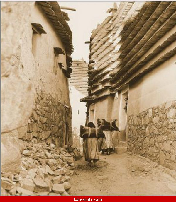 ابها - صورة لنساء وهم يحملون قرب الماء ( يستقون )