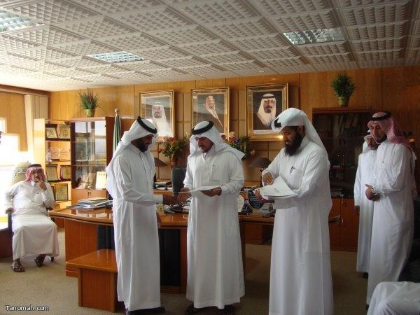 زيارة فريق العمل بمشروع العلوم والرياضيات بتنومة لمدير التعليم