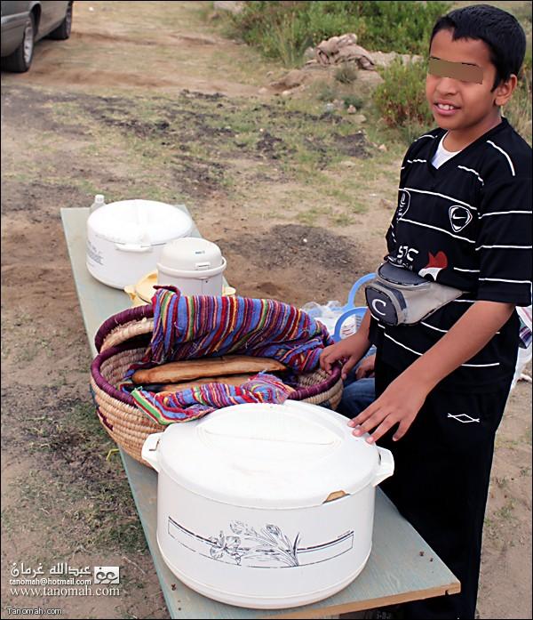 طفل يبيع الفطير والشاي على طريق الأربوعة بتنومة