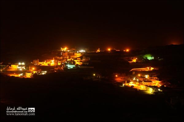 صورة ليلية لقرية غالبة في أجواء غير صافية