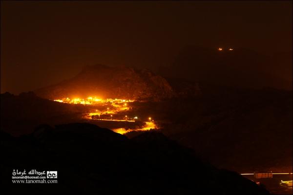 صورة ليلية لشعف آل سودة  في أجواء غير صافية