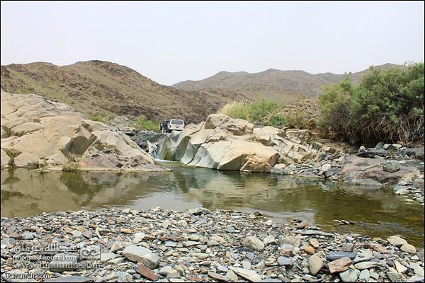 منظر للمياه وهي تجري في وادي عيا