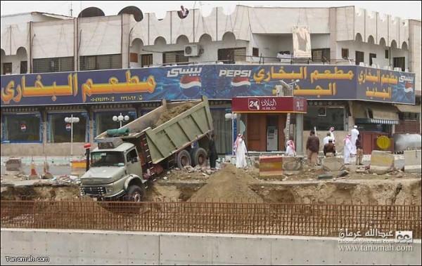 سائق  باكستاني بعد تناوله لوجبة الغداء  يقود شاحنته ويسقط بها في مشروع نفق خميس مشيط (تصوير عبدالله غرمان)