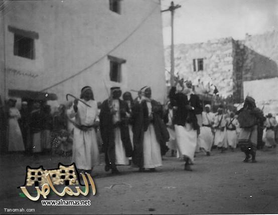 عرضة شعبية في النماص في المكان المسمى (المنداة) ويظهر في الصورة القصر المسمى الحكومة الذي هدم في توسعة شارع ابو بكر الصديق