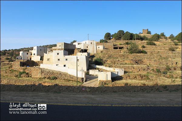 احدى القرى على  طريق عقبة الجعدة ببللحمر