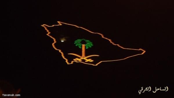 منظر ليلي لمجسم خارطة المملكة يتوسطها شعار السيفين والنخلة على سفح جبل منعاء وسط تنومة (تصوير: عوض الشباك)