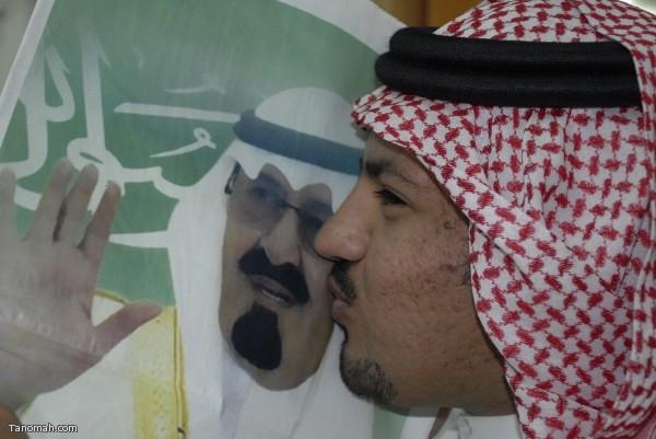 مشرف تربوي يقبل الملك عبدالله في إحدى المعارض الفنية بالنماص   (تصوير : حسن عامر )