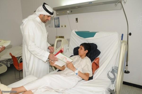 مستشفى النماص يشارك المرضى المنومين فرحة عودة الملك بالهدايا والورود (تصوير محمد عامر)