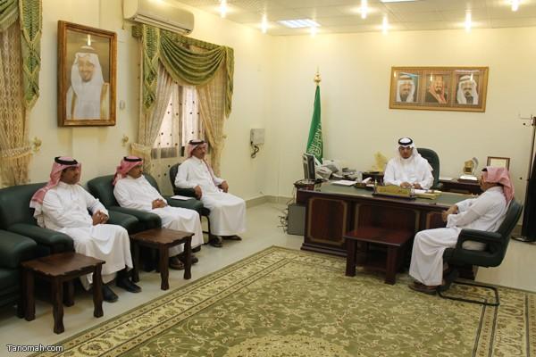 منسوبي ادارة الموقع في زيارتهم لرئيس مركز تنومة عبدالرحمن الهزاني