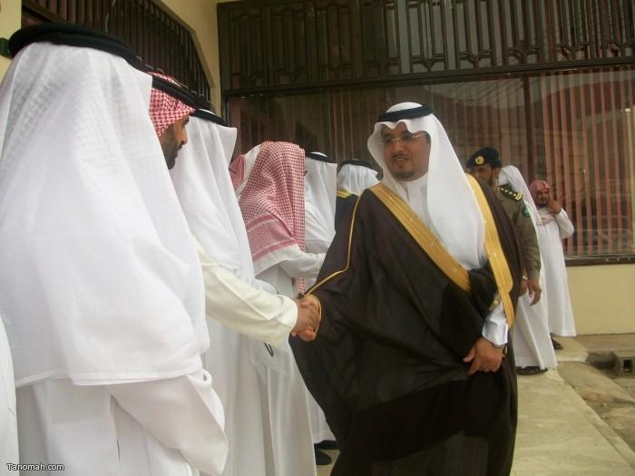رئيس مركز تنومة الهزاني يسلم على مستقبلية في افتتاح معرض التصوير ومكتب الدعوة (تصوير حمود الشبيلي)