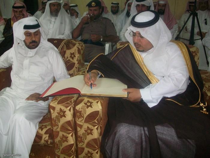 الهزاني يوقع سجل الزوار في افتتاح معرض التصوير ومكتب الدعوة (تصوير حمود الشبيلي)