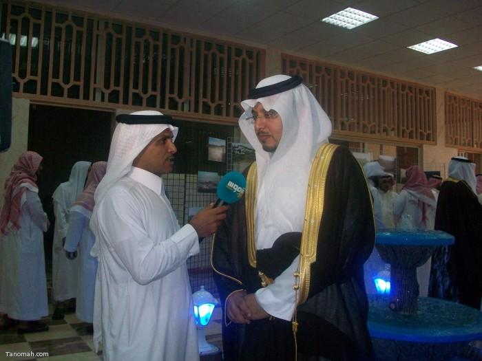 الهزاني في لقاء مع قنا شموس في افتتاح معرض التصوير ومكتب الدعوة (تصوير حمود الشبيلي)