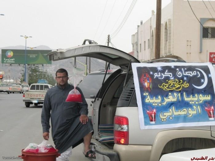 مظاهر رمضانية  تنومية - شباب يبيعون السوبيا قبل وقت الإفطار على الشارع العام  ( بدر الطنيني)
