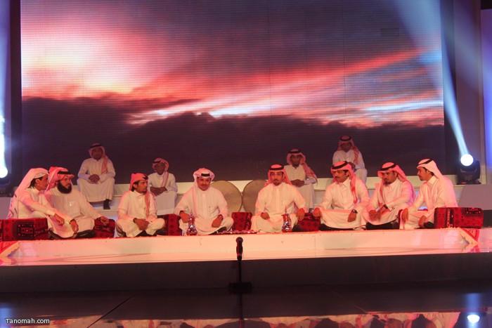 الحلقة السادسة - الجولة الأولى من مسابقة شاعر الملك - الشعراء المشاركين يبدأون الحلقة بجلسة شعبية   (عدسة عبدالله غرمان)