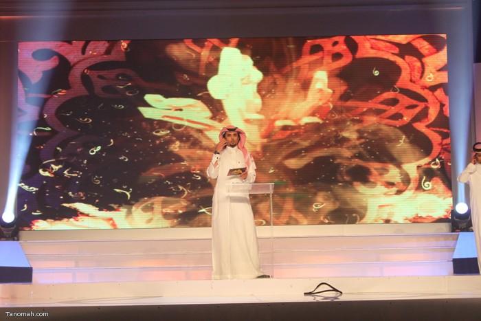 الحلقة السادسة - الجولة الأولى من مسابقة شاعر الملك - الشاعر عثمان الشهري يرتجل الاربعة ابيات