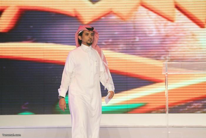 الحلقة السادسة - الجولة الأولى من مسابقة شاعر الملك - الشاعر عثمان الشهري  اثناء دخوله للمسرح