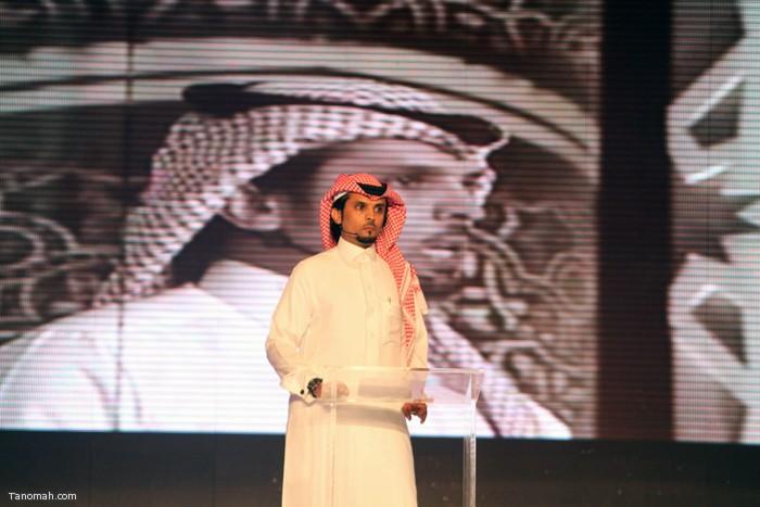 الحلقة السادسة - الجولة الأولى من مسابقة شاعر الملك - الشاعر عثمان الشهري  اثناء التعريف به