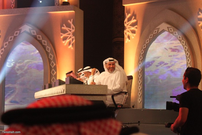 الحلقة السادسة - الجولة الأولى من مسابقة شاعر الملك - سقوط احد أعضاء لجنة التحكيم وهو المجاور للمسعودي على الارض