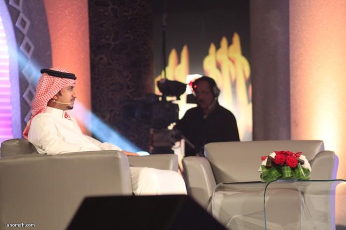 الحلقة السادسة - مذيع قناة المرقاب ينتظر جلوس ضيف الحلقة الشاعر الإماراتي سعيد بن دري الفلاحي