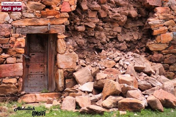 أحد البيوت الشعبية القديمة وقد تهدم جدارة نتيجة الأمطار - عدسة عبدالله الملفي
