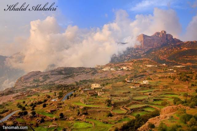 المدرجات الزراعية في الاربوعة والسحاب الذي يعانق جبال تنومة - عدسة خالد عبدالرحمن