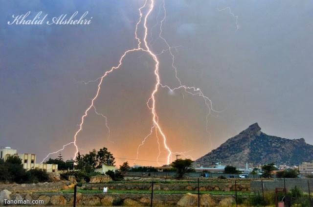"""اقتناص """" البرق """" فوق جبل عيسى المطل على تهامة - عدسة خالد عبدالرحمن"""