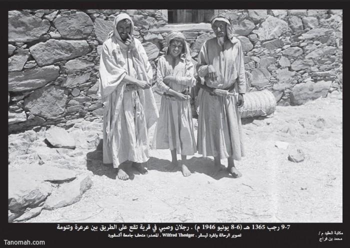 رجلان وصبي في قرية على الطريق في قرية تقع بين عرعرة وتنومة وفي وسط كل واحد منهم جنبية