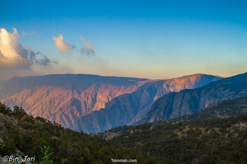غروب شمس أول أيام العام الهجري الجديد وهي تعانق جبال النماص مودعة أول نهار ليصبح من أيام الماضي