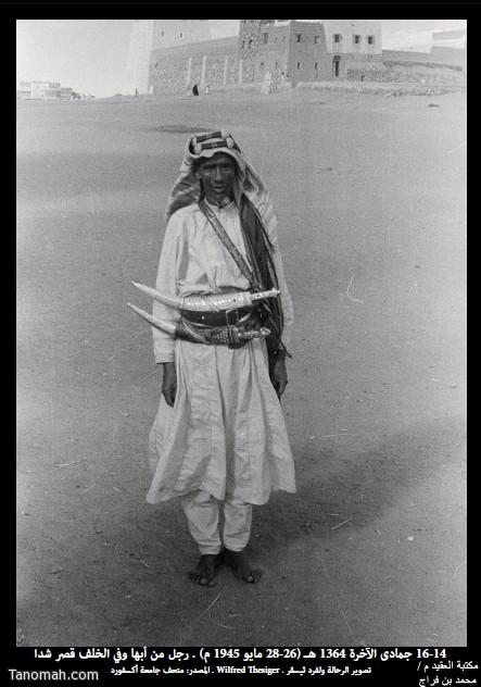 رجل من أبها يتحزم بجنبيتين يظهر أنه يبيع ويشتري فيها التقطت الصورة  في 14-16 جمادى الأخرة 1364هـ