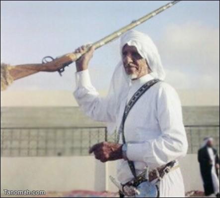 """ناصر بن عيد (رحمه الله) من الشخصيات التي تميزت في أداء فن المدقال و """"اللماء""""بالبندقية"""
