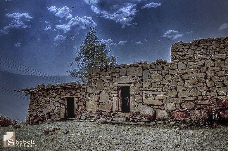 منظر لمنازل قديمة بعدسة الفوتوغرافي شبيلي الشهري من المجاردة
