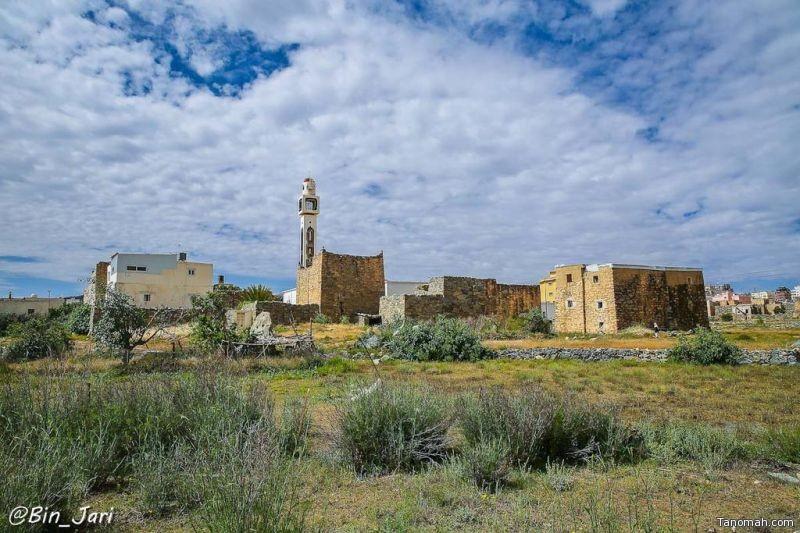 وسط النماص وتظهر منارة جامع بني بكر - بن جاري
