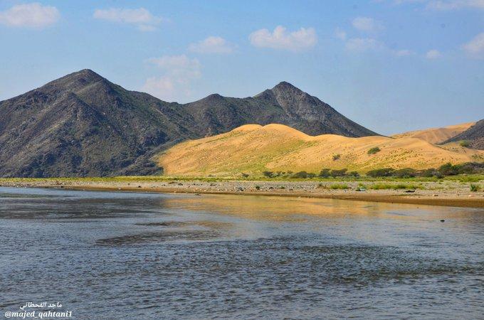 المياه المحيطة بها الرمال والجبال في وادي حلية عدسة: @Majed_Qahtani1
