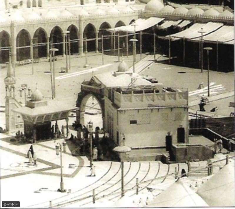 صورة نادرة لـ بئر زمزم يعو تاريخها لعام 1956 قبل توسعة المطاف.