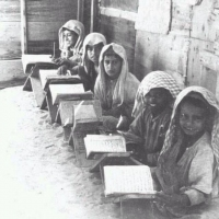 #صورة قديمة لمجموعة من الطلاب في نجد يتعلمون القرآن الكريم في الكتاتيب
