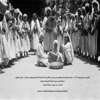#صورة قديمة لمجموعة من الرجال في #بني_شهر يؤدون فن #اللعب الشهري المعروف
