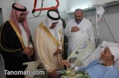 محافظ النماص يتقدم المصلين ويعايد مرضى المستشفى العام بالورود والهدايا