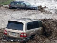 السيول المنقولة تجرف السيارات في المجاردة