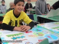 ملصقات على الطاولات بمدرسة الإمام الشافعي لإكساب الطلاب القيم التربوية