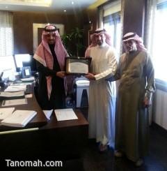 معالي الأستاذ عبدالله بن مشبب الشهري يتسلم نسخة من شهادة اعتماد مستشفى النماص