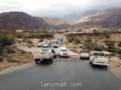 السيول تقطع طريق بارق محايل عسير والمواطنين يقومون بتوجيه اصحاب السيارات